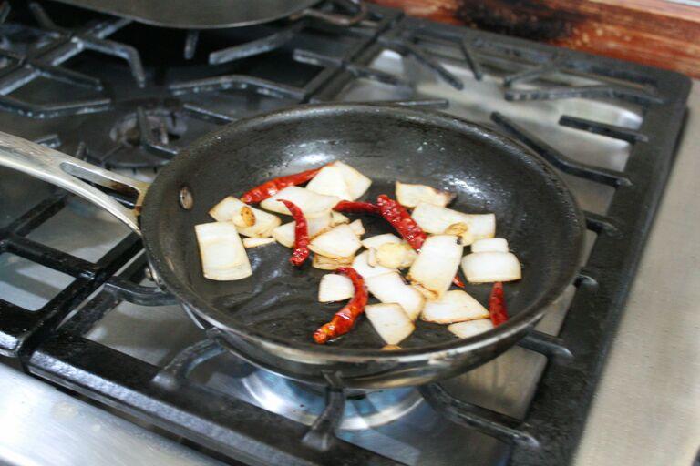 salsa chile de arbol friendo cebolla chile